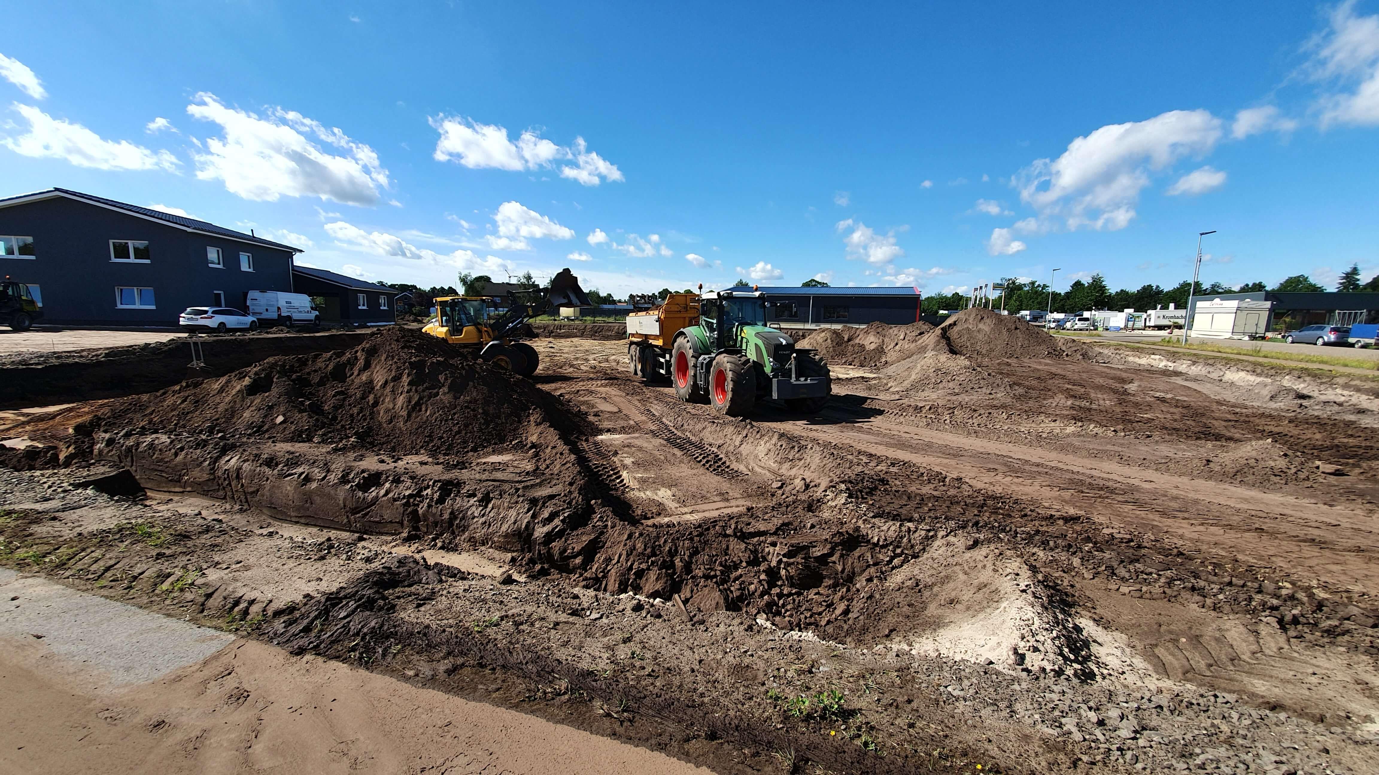 Mit dem Anrücken der Baumaschinen haben die Bauarbeiten der Firma Mundus Meppen in Nordhorn offiziell begonnen.