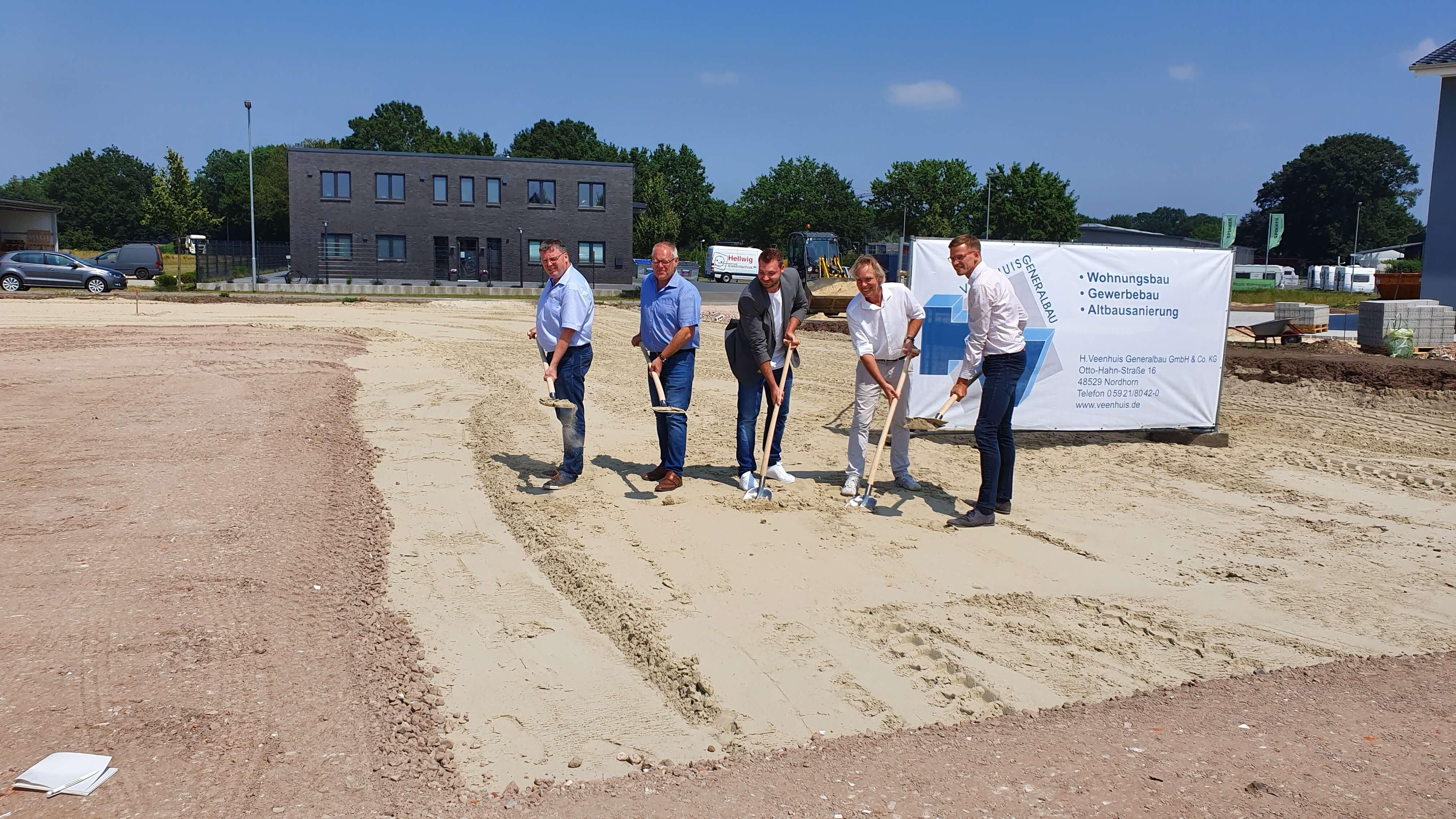 Symbolisch nehmen der Firmeninhaber Lutz Bergknecht und der Geschäftsführer Benjamin Bergknecht neben dem Bürgermeister, Bauunternehmer und Wirtschaftsförderer die Spaten in die Hand.